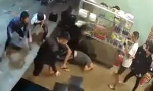 Clip người đàn ông bị đánh hội đồng gục tại chỗ
