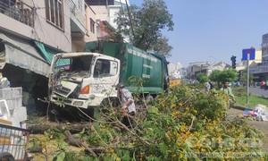 Xe rác đổ dốc cầu bị mất thắng, tông loạn xạ ở Sài Gòn