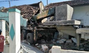 Xe đầu kéo mất lái tông sập 2 nhà dân, tài xế trọng thương