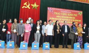 Đoàn công tác TPHCM tặng quà cho bà con ở Quảng Nam