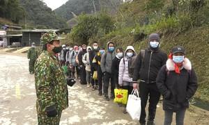 Bắt đoàn người vượt núi băng rừng nhập cảnh trái phép về Việt Nam