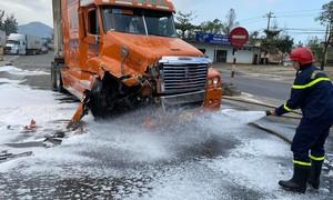 Cảnh sát PCCC kịp thời xử lý dầu chảy tràn khi xe đầu kéo và container tông nhau