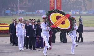 Đoàn đại biểu dự Đại hội XIII của Đảng vào Lăng viếng Chủ tịch Hồ Chí Minh
