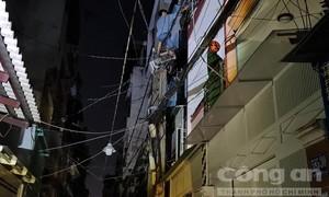 TPHCM: Đối tượng nghi 'ngáo đá' leo trụ điện la hét rồi té ngã