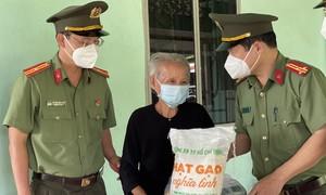 Chương trình 'Công an TPHCM - Hạt gạo nghĩa tình' đến với huyện Củ Chi, Bình Chánh