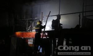 Cháy lớn thiêu rụi nhiều tài sản của công ty thực phẩm Việt Sin ở TPHCM