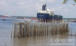 Chìm sà lan trên sông ở TPHCM, 4 người được cứu, 1 người mất tích
