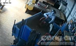 Trộm đột nhập cửa hàng, lấy luôn xe ba bánh của khổ chủ chở tài sản đi