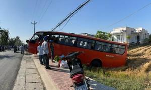 Xe chở công nhân gặp nạn, tài xế tử vong, nhiều người bị thương