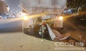 Xe máy găm đuôi xe ben đậu ven đường, một người chết tại chỗ