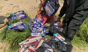 Thu giữ 2.000 gói thuốc lá lậu ngụy trang trong các gánh cỏ