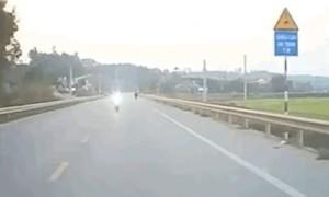 Clip tài xế ôtô thót tim khi bị xe máy lao trực diện