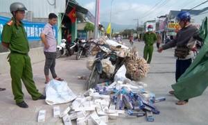 Đóng vai người bán bắp nổ để vận chuyển thuốc lá lậu