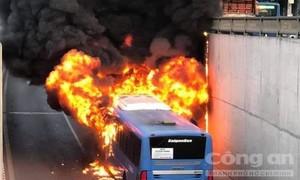 Xe buýt ở Sài Gòn cháy rụi trong hầm chui