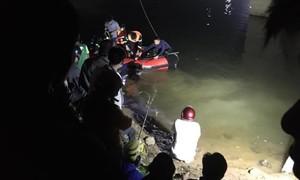 Ô tô húc văng 2 xe đạp xuống sông, 4 học sinh thương vong
