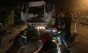 Xe tải tông đuôi xe tải đậu ven đường, 3 người thương vong