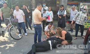 Nữ du khách nước ngoài cứu giúp người bị tai nạn