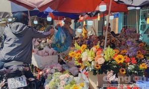Chợ hoa lớn nhất Sài Gòn đông nghẹt người ngày 8/3, dù giá tăng mạnh