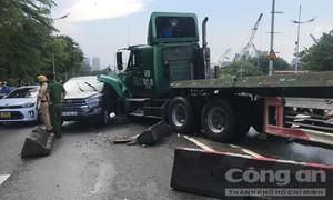 Container đổ dốc tông nát ô tô, cầu Tân Thuận kẹt cứng nhiều giờ