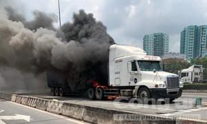 Xe container đang dừng đèn đỏ thì cháy ngùn ngụt ở Sài Gòn