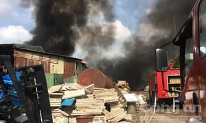 Cháy lớn bãi chứa phế liệu ở Đồng Nai, khói bao trùm một vùng