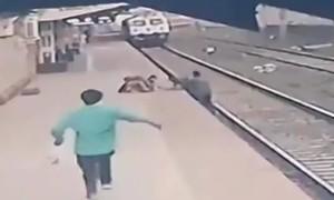 Khoảnh khắc nhân viên đường sắt cứu em bé trước mũi tàu