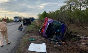 Lật xe khách, hơn 30 người bị thương