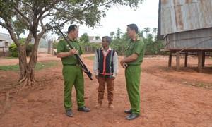 Già làng, người có uy tín giúp Công an thu hồi hơn 2.100 súng tự chế