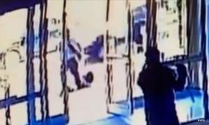 Hai người gác cửa bị sa thải khi đứng nhìn phụ nữ Châu Á bị tấn công