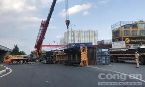 Container lật nhào tại vòng xoay ở Sài Gòn, nhiều người thoát chết