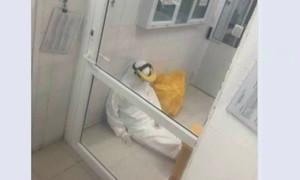 Hình ảnh nữ nhân viên xét nghiệm kiệt sức, ngồi bệt trong phòng gây xúc động