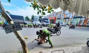 Chiến sĩ công an tay không khống chế đối tượng nghi ngáo đá có hung khí