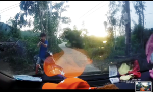 Người đàn ông chặn đầu ô tô, dùng súng dọa bắn tài xế