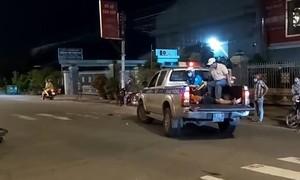 CSGT dùng xe đặc chủng đưa người bị tai nạn đi cấp cứu