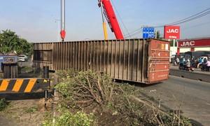 Thùng container lật ngang đường ở Sài Gòn, giao thông ùn ứ nhiều km