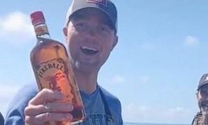 Clip hy hữu ngư dân mổ cá phát hiện chai rượu trong bụng