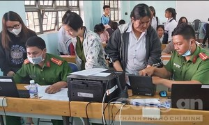 Công an tỉnh Gia Lai lên rẫy vận động đồng bào thiểu số về làm CCCD
