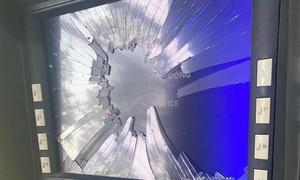 Máy ATM của ngân hàng ACB nghi bị đập nát màn hình