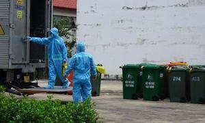 """Những """"chiến binh thầm lặng"""" thu gom rác thải trong khu cách ly ở Sài Gòn"""