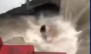Clip cứu cô gái suýt bị dòng nước hút xuống cống