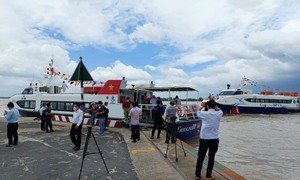 Tàu cánh ngầm tiếp tục chở 25 tấn rau củ về hỗ trợ người dân TPHCM
