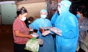 Các hoa hậu phát cơm cho người dân khó khăn tại TP.Hà Nội