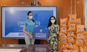 Phương Anh, Thùy Tiên mua máy thở và tặng gạo bà con nghèo