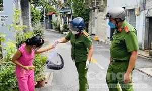 """Công an phường ở TPHCM mua cá tươi từ hồ rồi """"ship"""" đến từng nhà dân"""