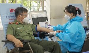 Thiếu tướng Phan Xuân Tuy cùng 350 cán bộ, học viên ĐH ANND hiến máu