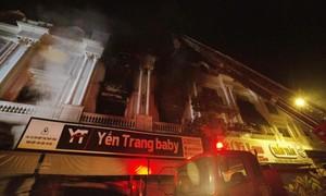 Cảnh sát xuyên đêm dập lửa tại shop quần áo cao cấp ở phố thời trang