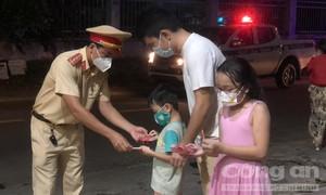 CSGT TPHCM mang quà Trung thu đến từng ngõ hẻm tặng cho trẻ em