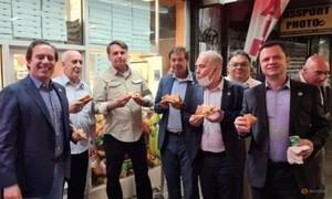 Tổng thống Brazil không tiêm vaccine, đứng ăn pizza trên vỉa hè New York