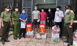 Công an TPHCM tặng quà cho người nước ngoài ảnh hưởng dịch bệnh