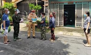 Đội CSGT Nam Sài Gòn tặng 200 phần quà cho bà con khó khăn
